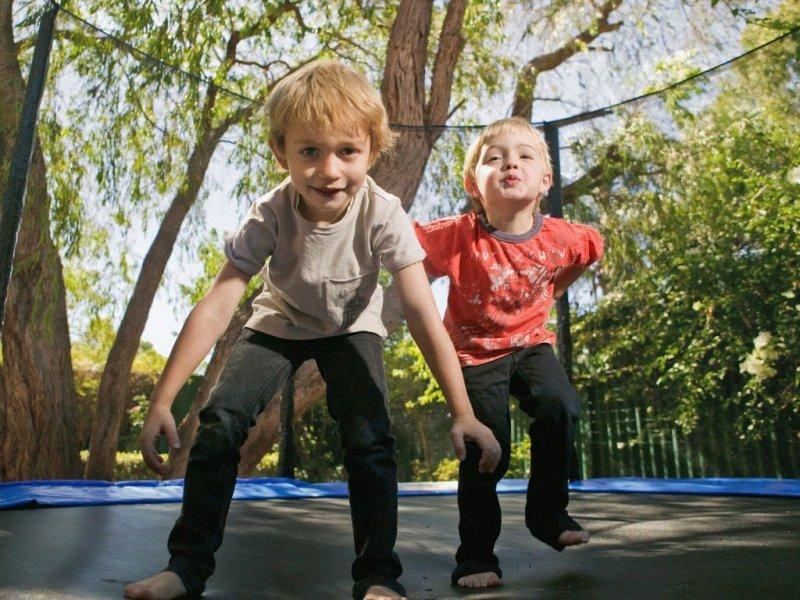 Опасные игры: батут, горка и аквапарк — педиатры предупреждают родителей