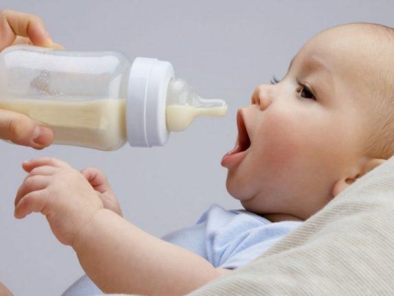 Педиатр рассказала, почему младенцев нельзя кормить манкой, молоком и йогуртом