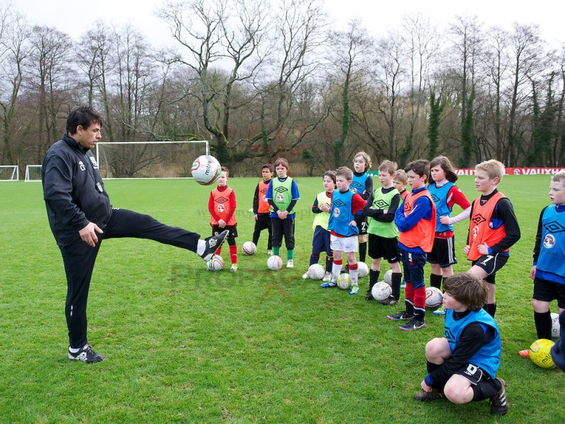 Детям моложе 12 запретят играть головой в футболе
