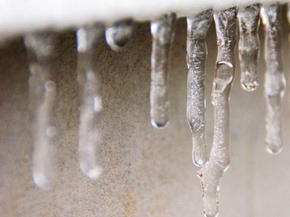 Врачи пояснили, чем опасно для детей поедание снега и сосулек