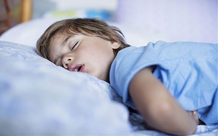 Правильное время отхода ко сну делает ребенка послушным