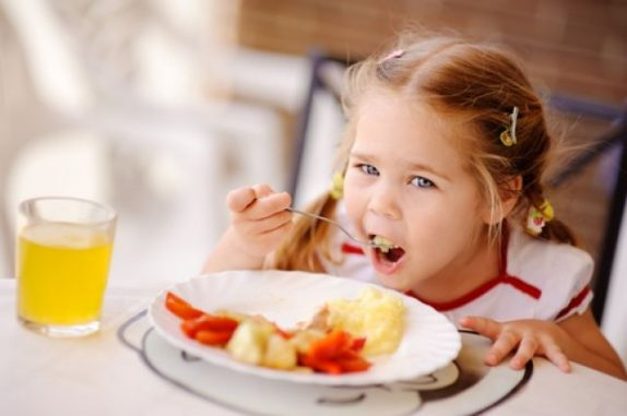 Ложечку за маму, ложечку за папу: как повысить аппетит у ребенка