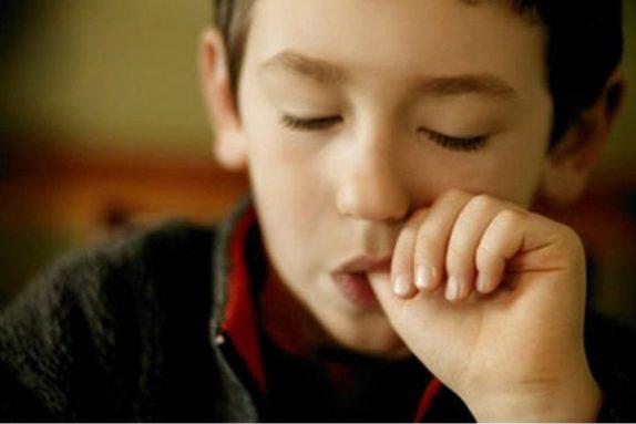 Взрослый ребенок сосет палец: причины, последствия и отучение от привычки