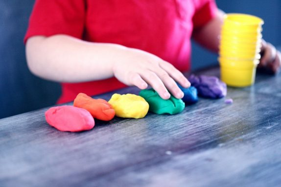 Чем занять ребенка дома на время карантина: пять нескучных занятий