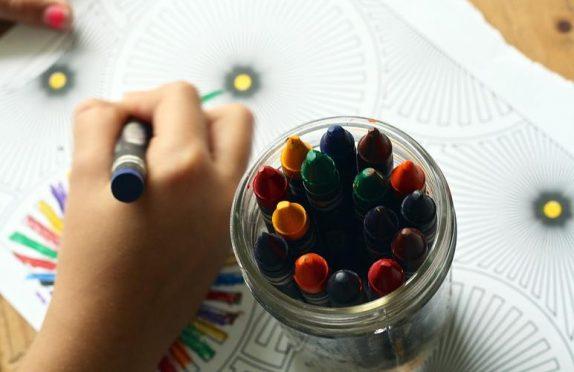 Когда мама хочет отдохнуть: 8 увлекательных занятий для детей на каникулах