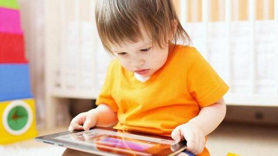 Эксперты рекомендуют не допускать к экрану младенцев до 2 лет