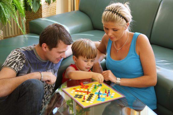 Игры в дождь: чем занять ребенка дома и на улице?