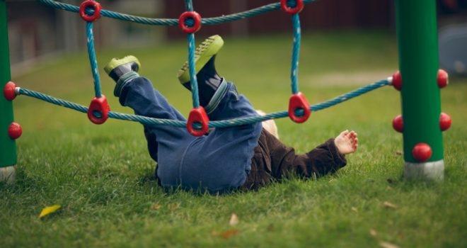 Малыш упал и ударился: как правильно успокоить ребенка