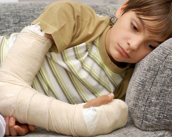 Летние переломы у детей: как возникают и что делать