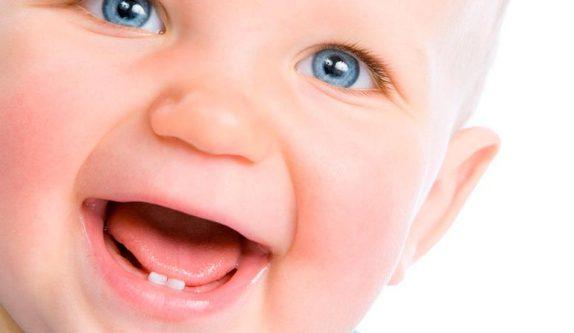 Когда появляются первые зубы у младенцев: сроки и симптомы появления
