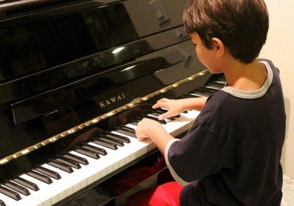 Уроки игры на пианино полезны для детского мозга