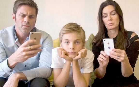 Психологи рассказали, чем грозит детям родительская зависимость от смартфонов