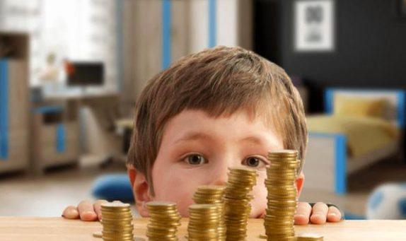 Почти 62 млрд рублей направят на выплаты семьям с детьми в России
