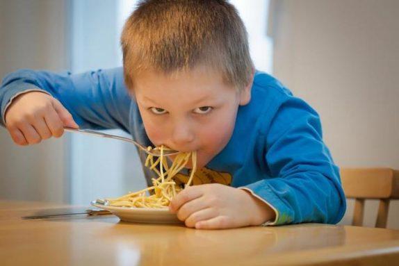 Лишний вес у детей: психологи рассказали, как решить проблему
