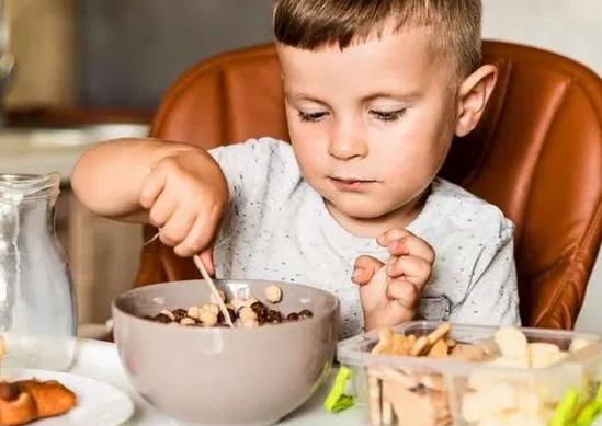Зона риска: какими продуктами может подавиться ребенок