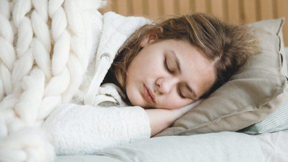 Уличный шум и деревья за окном влияют на качество сна подростков – исследование