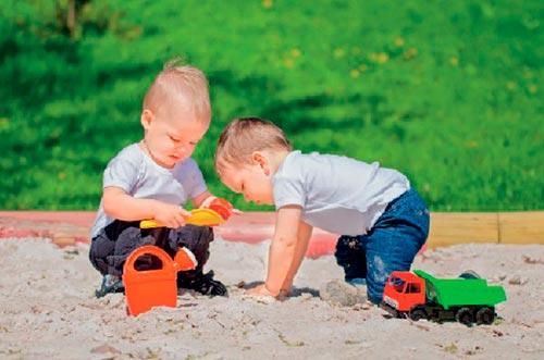 Ребенок учится дружить