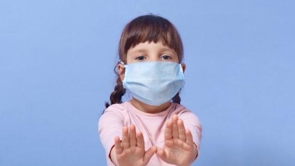 Дети до 12 лет особенно подвержены заражению новыми вариантами SARS-CoV-2