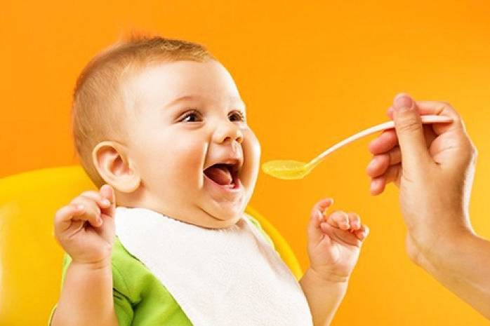 Первый прикорм: знакомим малыша с новой едой правильно