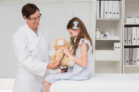 Когда вести дочь к гинекологу в первый раз и зачем это нужно