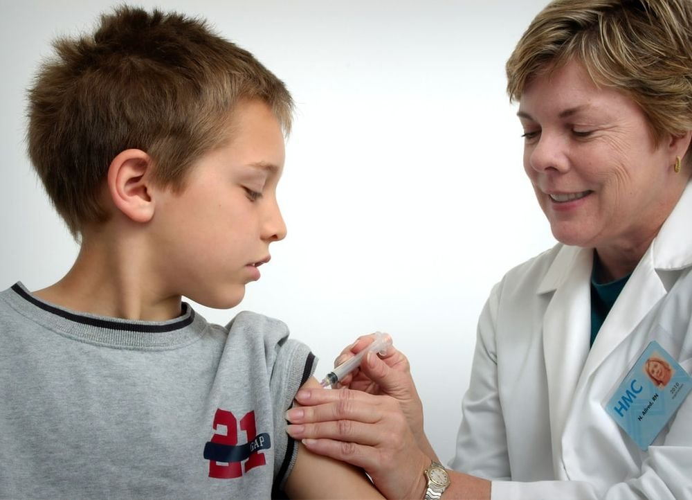 Вместо вакцинации детям лучше переболеть коронавирусом