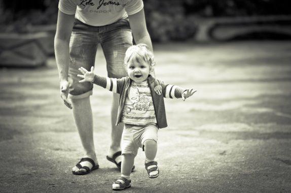 Как выбирать первую обувь для ребенка: советы родителям