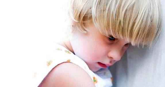 Малыш боится общаться: что делать?
