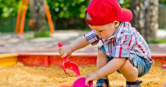 Опасные игры: чем может заразиться ребенок в песочнице