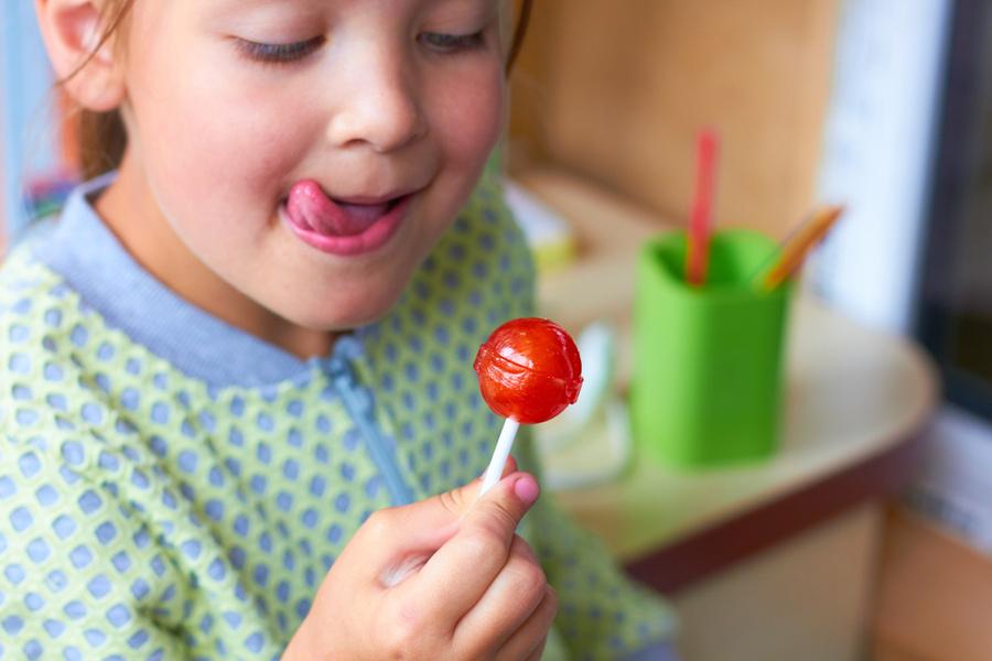 Врач рассказала, чем можно заменить сахар в детском рационе