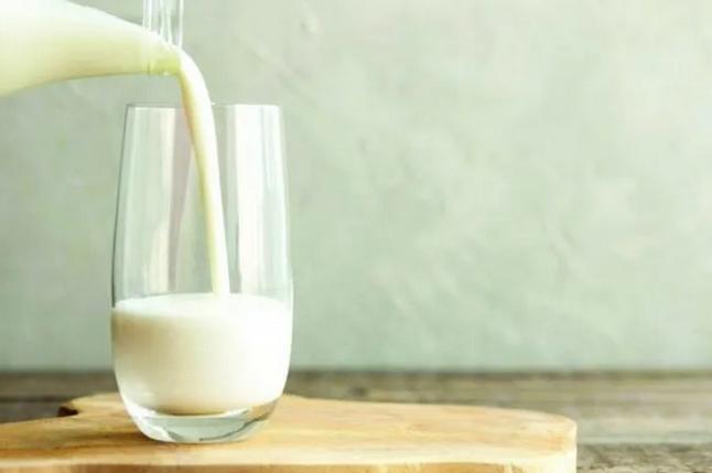 Ученые ответили, действительно ли детям и взрослым полезно пить молоко