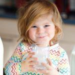 Стало известно, какое молоко для детей полезнее
